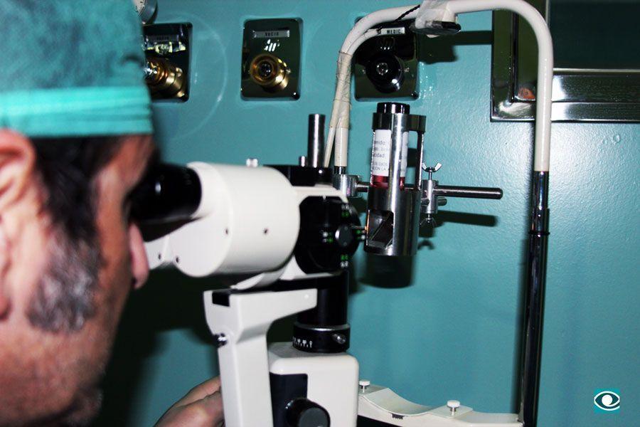 Un especialista del Hospital La Arruzafa durante un análisis macroscópico en la lámpara de endidura.