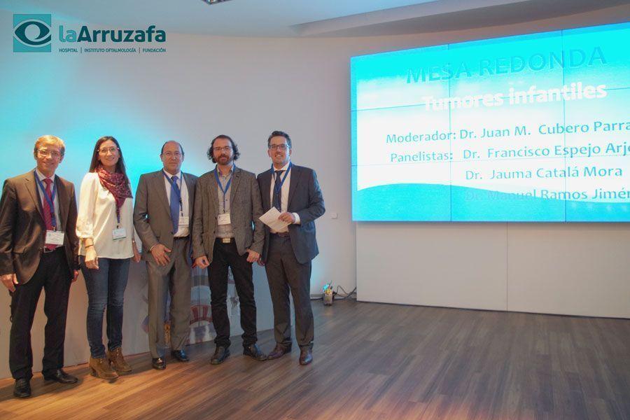 El oftalmólogo Diego José Torres (centro) junto a algunos de los ponentes del congreso.
