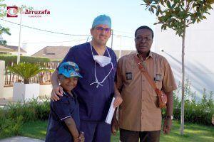 Tarsicio, el oftalmólogo Juan Manuel Cubero y Mauricio, padre del joven guineano.